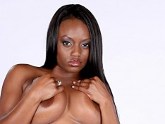Jada Fire Plays With Her Meaty Pussy!