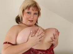 Juliana Spreads Her Meaty Pussy Lips Wide!
